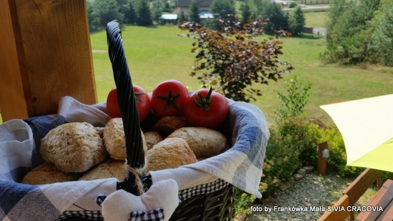 Bułeczki z naszego pieca chlebowego, pomidory od lokalnego hodowcy